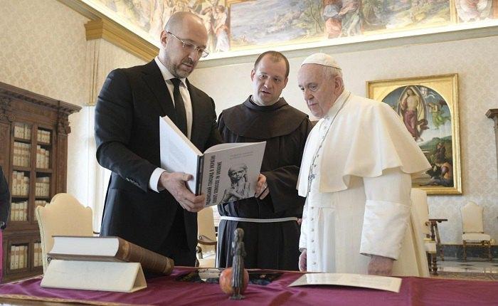 Прем'єр-міністр України Дмитро Шмигаль під час зустрічі у Ватикані з Папою Римським Франциском, 25 березня 2021