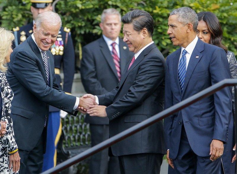 Президент Китая Си Цзиньпин (в центре) во время встречи с вице-президентом США Джо Байденом (слева) и президентом Бараком Обамой (справа) на южной лужайке Белого дома, Вашингтон, 25 сентября 2015 г