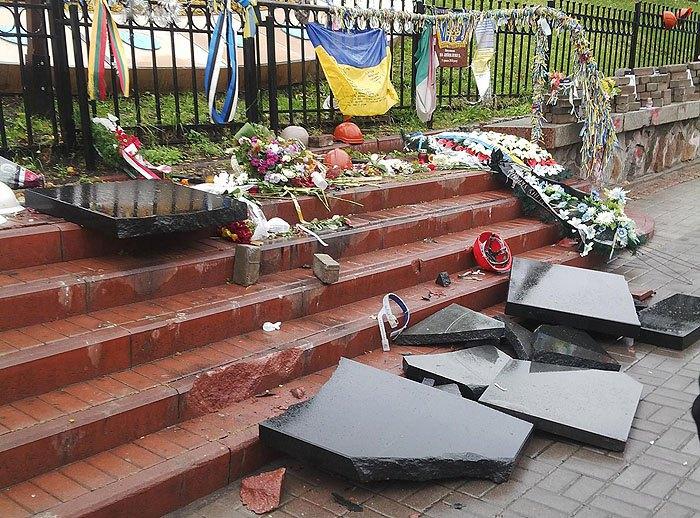 ВКиеве вандал разбил монументы  героям Небесной сотни
