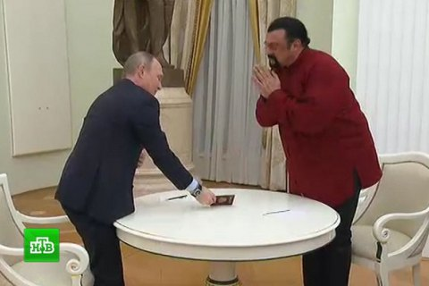 Путін вручив Сігалу російський паспорт