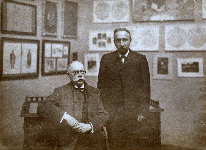 Директор музею Микола Біляшівський та український живописець, графік, етнограф Порфирій Мартинович на Першій артистичній виставці, що відбулась у музеї у 1911 році