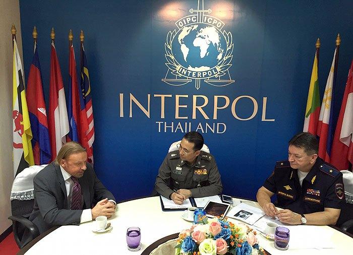 Александр Прокопчук (справа) во время рабочего визита в Таиланд, 16 декабря 2015