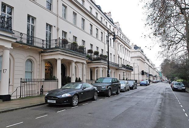 Одне з найпопулярніших та найдорожчих місць, де купують нерухомість російські олігархи, - площа Ітон-сквер в Лондоні
