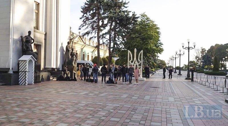 7:30 ранку, журналісти очікують на відкриття входу в парламент