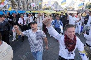 На Майдане у людей отбирают флаги и символику