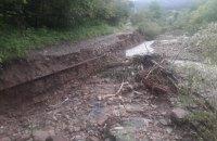Из-за непогоды в Ивано-Франковской области на двух дорогах произошел оползень