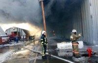В Вишневом возник крупный пожар на складе