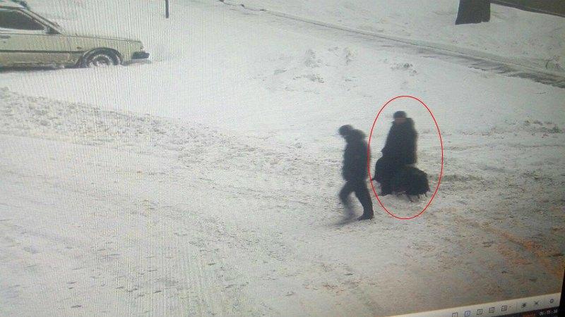 На фото человек, похожий на Семена Семенченко, покидает палаточный городок с сумками