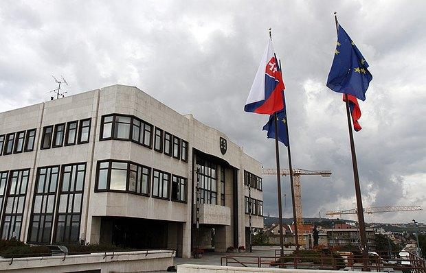 Флаги Словакии и Евросоюза у здания парламента Словакии