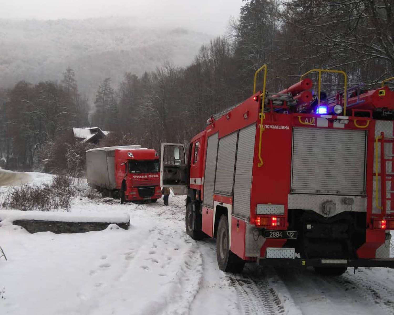 Спасатели расчищают дороги на Закарпатье