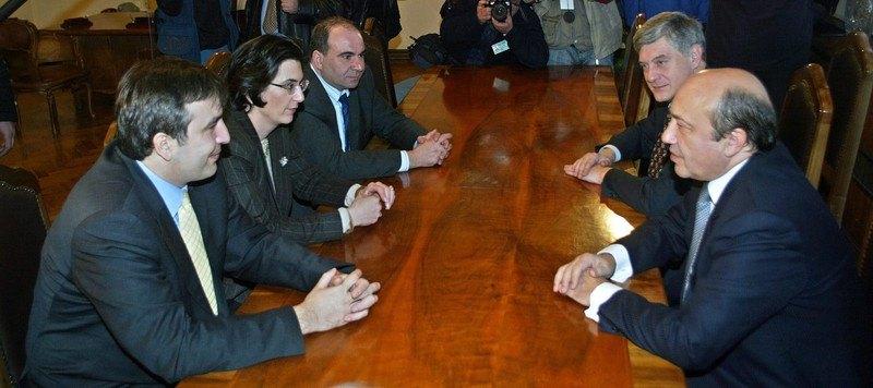 Міністр закордонних справ Росії Ігор Іванов (справа) зустрічається з лідерами опозиції Грузії - Михайлом Саакашвілі (зліва), Ніно Бурджанадзе і Зурабом Жванією, Тбілісі, 23 листопада 2003