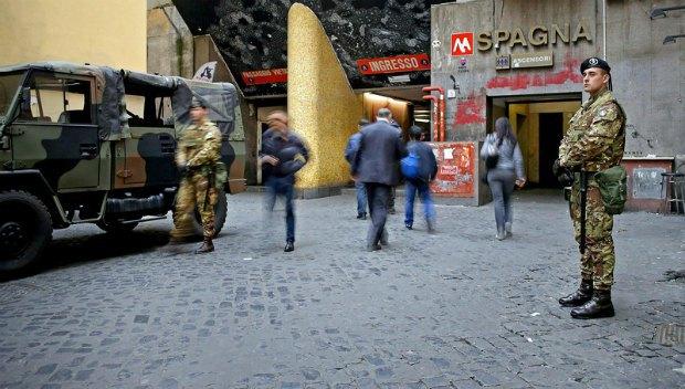 Военные возле станции метро в центре Рима