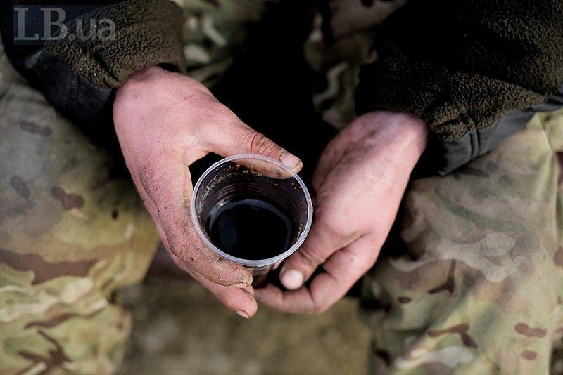 Чай в казані і розчинна кава в пластикових стаканчиках найбільш ходовий товар. Постійно хочеться зігритися в умовах 24-години на свіжому повітрі.
