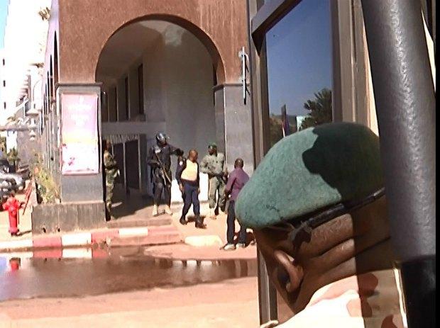 Военные возле захваченной неизвестными гостиницы в Бамако