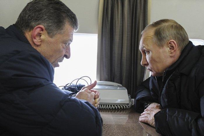 Дмитрий Козак и Владимир Путин во время полета над мостом через Керченский пролив, 18 марта 2016 г.
