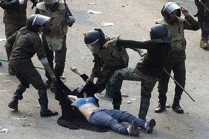 ВИДЕО избиения египтянки на площади Тахрир встревожило ООН и Хиллари Клинтон