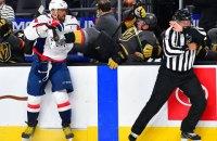 В матче НХЛ хоккеист вышвырнул соперника за борт силовым приемом