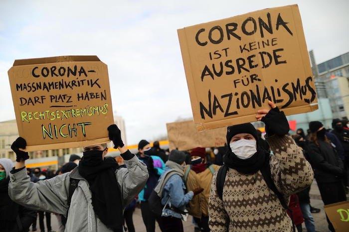 """Протести у Ляйпцигу, напис на плакаті """"Коронавірус –не виправдання для націоналізму"""""""