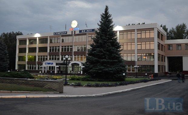 """Площадь перед главным зданием """"Стирола"""" - место, где любят прогуливаться мамы с детьми"""