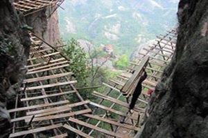 В Китае строят самую длинную экскурсионную дорогу на километровой высоте