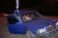 На Набережной в Киеве Mercedes протаранил осветительный столб