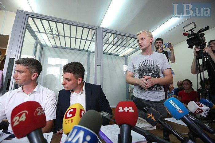 Справа-налево: Виталий Шабунин и адвокаты Дмитрий Онученко и Денис Овчаров