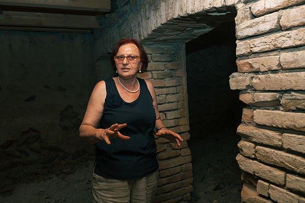 Лия Члачидзе в подвале своего дома - будущем музее истории войны