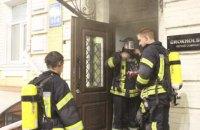 Спасатели эвакуировали 20 жильцов из-за пожара в подвале дома в центре Киева