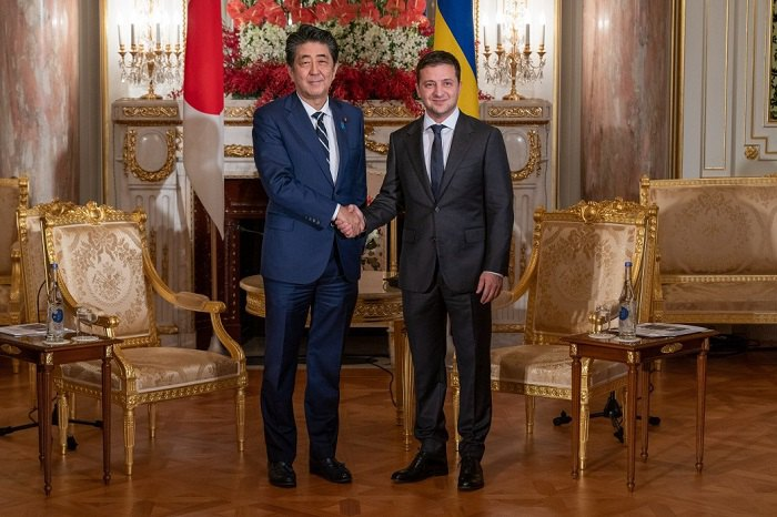 Владимир Зеленский и Синдзо Абэ