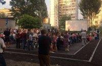 Во дворе киевской многоэтажки организовали кинотеатр под открытым небом