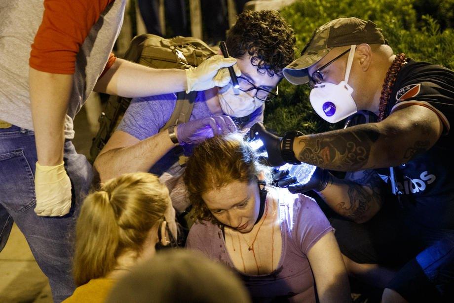 Медики осматривают женщину раненую во время протестов возле Белого дома в Вашингтоне, 30 мая 2020 года.