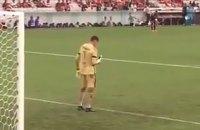 Во время матча чемпионата Бразилии вратарь откровенно пользовался смартфоном