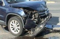 В Киеве в ДТП водитель вылетел из авто на дорогу