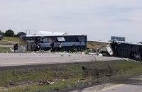 Грузовик снес пассажирский автобус в американском Нью-Мексико, 7 погибших