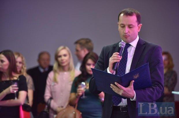 Пресс-секретарь премьер-министра Дмитрий Столярчук зачитывает поздравление от премьера Украины Владимира Гройсмана