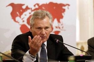 Квасьневский просит не спешить с введением санкций против украинской власти