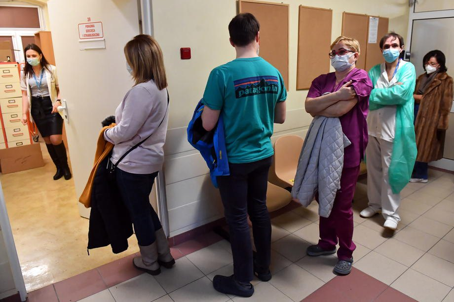 Медики у черзі на вакцинацію проти COVID-19 у клінічній лікарні в Щецині , Польща, 30 грудня 2020.