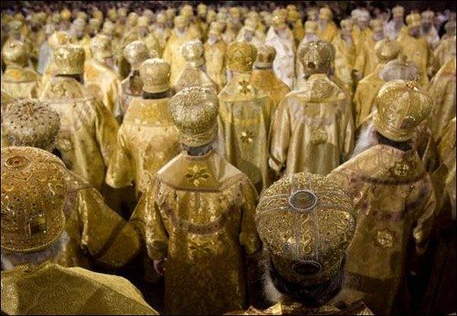 Якщо священнослужитель є членом партії чи депутатом до місцевих рад, то він служить вже не лише одному Пану, а й має зобов'язання перед своїм партійним керівництвом
