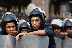 Военные окружили бронированной техникой сторонников президента Египта