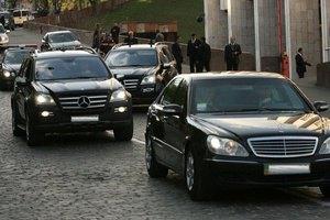 Автомобиль из кортежа Януковича ездит по Киеву на красный свет