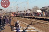 Киевляне штурмовали опоздавшую городскую электричку на Троещине