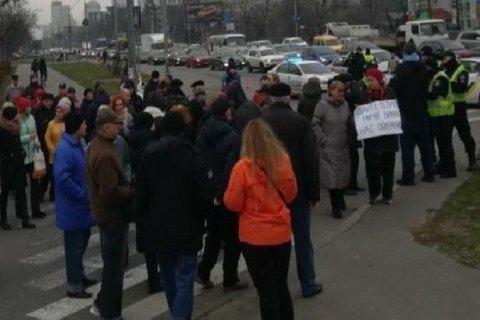 В Киеве жители дома перекрыли улицу из-за отсутствия отопления