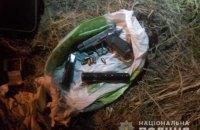 У Київській області водій, тікаючи від поліції, викинув пакет зі зброєю