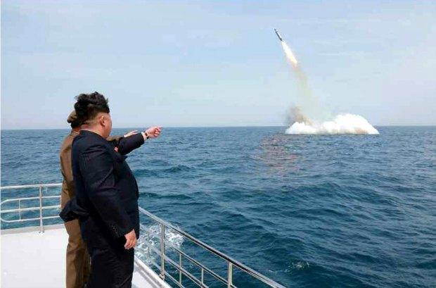 Ким Чен Ын следит за запуском баллистической ракеты с морского старта