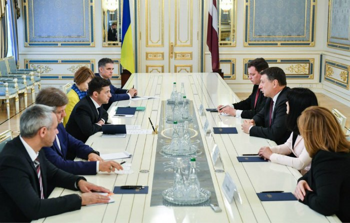 Президент Зеленський проводить зустріч з президентом Латвії Вейонісом (Пристайко - перший ліворуч зверху)