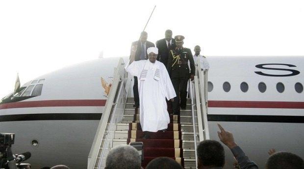 Омар аль-Башир повернувся в Судан з Йоганнесбургу не дивлячись на постанову Верховного суду Південної Африки затримати його для передачі в МКС (с.) EBRAHIM HAMID/AFP/Getty Images