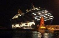 Итальянский лайнер продолжает стремительно тонуть