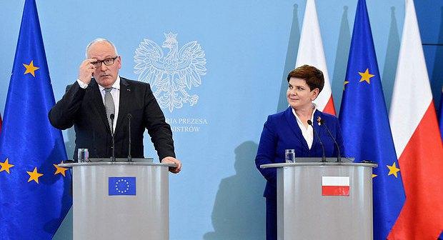 Прем'єр-міністр Польщі Беата Шидло і віце-президент Франс Тіммерманс на прес-конференції після зустрічі в Варшаві 24 травня 2016 року.