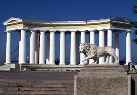 Одесскую колоннаду перекрасили в нормальный цвет