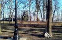 У Маріїнському парку через іржу міняють установлені місяць тому ліхтарі